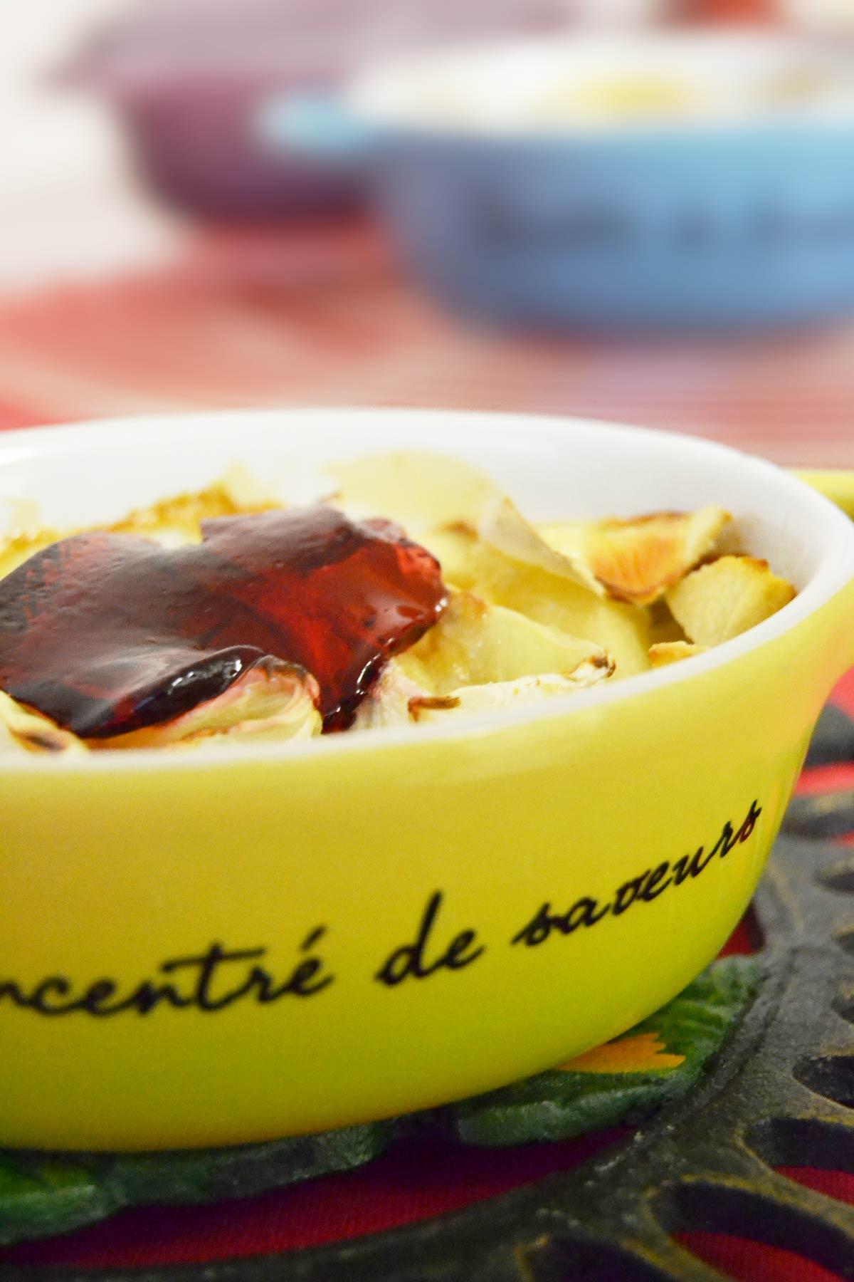 Mini-cocottes pain perdu, camembert, pommes, groseilles - EmilieRamènesaFraise